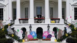 Presiden Joe Biden bersama Ibu Negara Jill Biden dan Kelinci Paskah berdiri di balkon Ruang Biru, Gedung Putih, Washington, Amerika Serikat, Senin (5/4/2021). Gedung Putih kembali meniadakan tradisi Easter Egg Roll menyusul pandemi COVID-19 yang sedang berlangsung. (AP Photo/Evan Vucci)