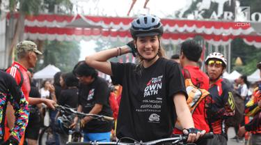 Mantan Puteri Indonesia tahun 2005, Nadine Candrawinata mengikuti kampanye gerakan #BebasButaHuruf di kawasan Sudirman, Jakarta, Minggu (13/). Kampanye iitu diinisiasikan oleh Komunitas Taman Bacaan Pelangi dan Sea Soldier. (Liputan6.com/Herman Zakharia)