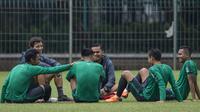 Pelatih Timnas Indonesia, Luis Milla berdiskusi dengan pemainnya usai latihan di Lapangan ABC Senayan, Jakarta, Sabtu (17/3/2018). Latihan ini merupakan persiapan jelang laga uji coba melawan Singapura. (Bola.com/Vitalis Yogi Trisna)