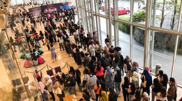 """Penonton mengantre saat akan menyaksikan konser """"Westlife-The Twenty Tour 2019"""" di ICE BSD, Tangerang, Banten, Selasa (6/8/2019). Konser ini merupakan reuni untuk menandai kembalinya boy group yang sempat vakum sejak tahun 2012. (Liputan6.com/Fery Pradolo)"""