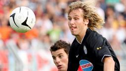 2. Pavel Nedved - Kala itu usianya sudah 34 tahun namun permainannya masih cukup atraktif, hingga gantung sepatu dirinya memilih bertahan di Juventus. (Photo by PACO SERINELLI / AFP)