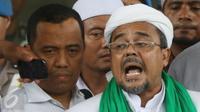 Pimpinan FPI, Muhammad Rizieq Shihab memberi keterangan usai menjalani pemeriksaan di Bareskrim, Jakarta, Rabu (23/11). Rizieq diperiksa sebagai saksi ahli dalam kasus penistaan agama yang diduga dilakukan Ahok. (Liputan6.com/Immanuel Antonius)