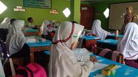 Pemkot Serang hari ini, Selasa, 18 Agustus 2020, membuka kembali aktivitas belajar mengajar tatap muka di sekolah meski pandemi Covid-19 belum ada tanda-tanda berakhir. (Liputan6.com/ Yandhi Deslatama)