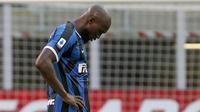 Striker Inter Milan, Romelu Lukaku, tampak kecewa usai ditaklukkan Bologna pada laga Serie A di Stadion Giuseppe Meazza, Minggu (5/7/2020). Inter Milan kalah 1-2 dari Bologna. (AP/Antonio Calanni)