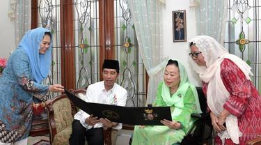 Presiden jokowi bersilaturahmi mengunjungi keluarga mantan Presiden Abdurrahman Wahid.