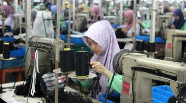 Buruh atau pekerja perempuan di sebuah pabrik di Purbalingga, Jawa Tengah. (Foto: Liputan6.com/Kominfo PBG/Muhamad Ridlo)