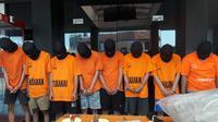 Polisi meringkus pelaku tawuran pelajar di Bekasi. (Bam Sinulingga/Liputan6.com)