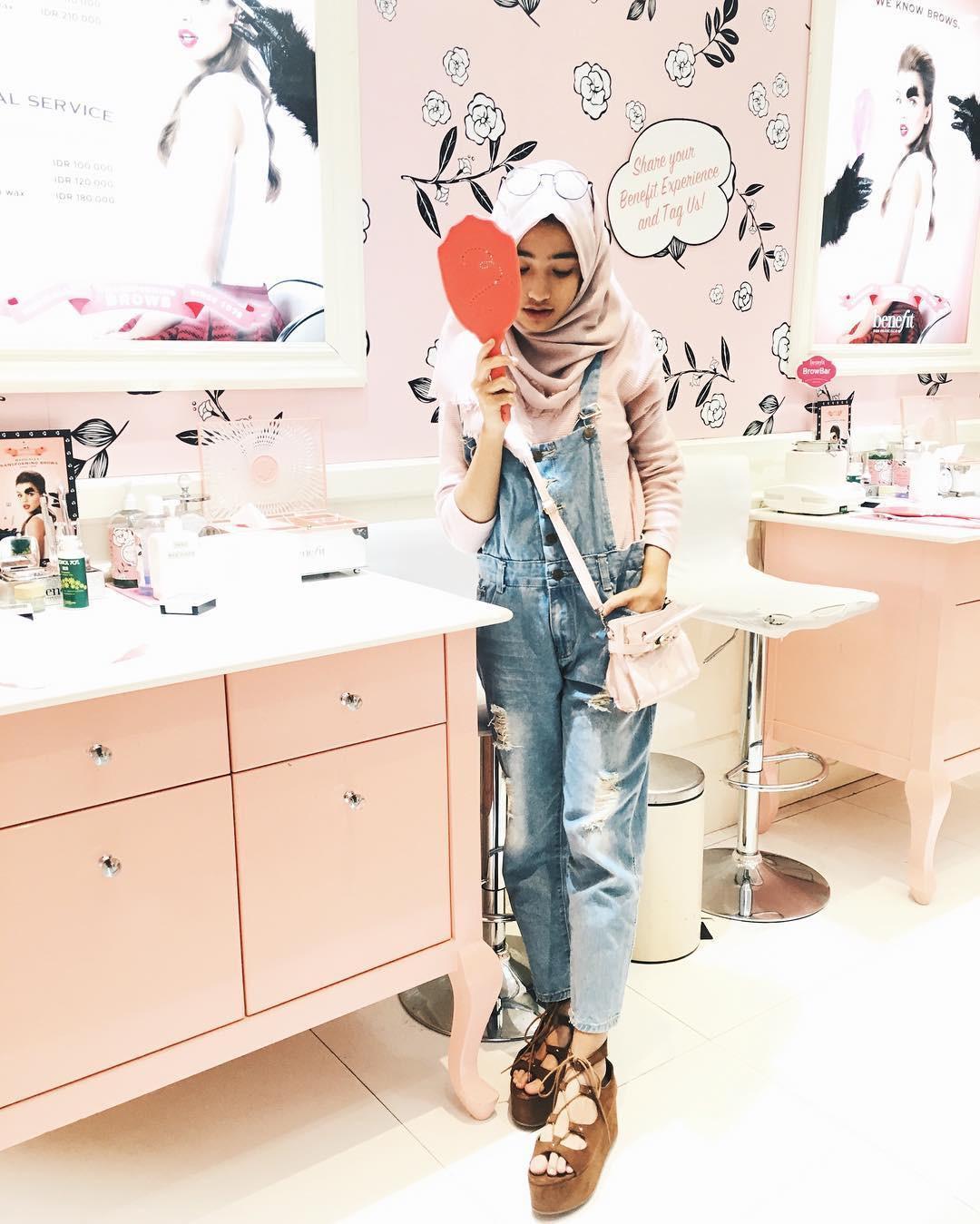 Pakai overall dan atasan yang warnanya senada sama hijab kamu. (sumber foto: @shireeenz/instagram)