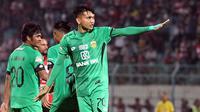 Striker Bhayangkara FC, Dendy Sulistyawan, berhasil mencetak gol perdananya di Liga 1 2019 saat bertandang ke markas Madura United dalam laga pekan ke-29 Shopee Liga 1 2019, Jumat (22/11/2019). Bhayangkara FC bahkan menang 2-1 dalam laga itu. (Bola.com/Aditya Wany)