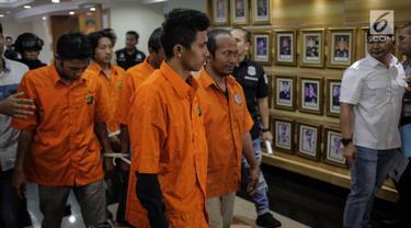 Tersangka dihadirkan saat rilis di Polda Metro Jaya, Jakarta, Selasa (19/3). Polisi mengamankan lima orang tersangka dan barang bukti perampasan dua truk tangki Pertamina berisi 32.000 liter BBM biosolar. (Liputan6.com/Faizal Fanani)