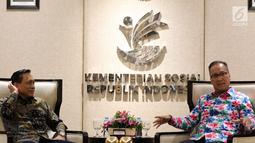 Menteri Sosial Agus Gumiwang Kartasasmita (kanan) berbincang dengan Dirut Indosiar Imam Sudjarwo saat menerima kunjungan Emtek Group di Kementerian Sosial, Jakarta, Selasa (18/12). Kunjungan membahas kerja sama di sektor media. (Liputan6.com/JohanTallo)