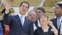 Pemimpin oposisi Venezuela Juan Guaido (kiri) bersama Komisaris Tinggi PBB untuk HAM Michelle Bachelet di Caracas (AP)