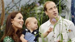 Gambar diambil saat Pangeran William dan Kate Middleton beserta sang buah hati jalan-jalan ke Museum Sejarah Alam, London, Inggris, Rabu (2/7/14).(REUTERS/John Stillwell)