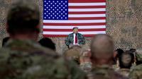 Presiden Donald Trump berbicara di hadapan pasukan militer Amerika dalam kunjungan kejutan di Pangkalan Udara al Asad, Irak, Rabu (26/12). Trump memberikan kejutan dengan melakukan kunjungan mendadak tersebut dalam rangka perayaan Natal (AP/Andrew Harnik)