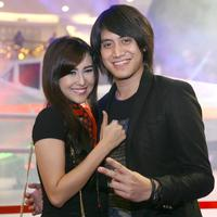 Rencana pernikahan musisi Kevin Aprilio dan Vicy Melanie mengalami penundaan. Lantas apa yang melatar belakangi pasangan ini untuk mempersunting kekasihnya. (Nurwahyunan/Bintang.com)