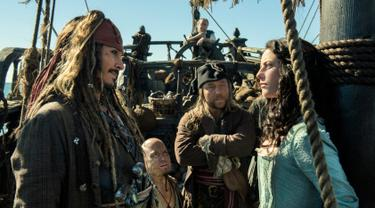 "Gambar yang dirilis oleh Disney, Jack Sparrow yang diperankan oleh Johnny Depp beradu akting dengan Carina Smyth yang diperankan Kaya Scodelario di Film ""Pirates of the Caribbean: Dead Men Tell No Tales."" (Peter Mountain / Disney via AP)"