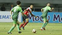 Bek Madura United, Fachrudin Aryanto, saat pertandingan melawan PS TNI pada laga Liga 1 Indonesia di Stadion Pakansari, Bogor, Senin (18/9/2017). Madura United menang 3-2 atas PS TNI. (Bola.com/M Iqbal Ichsan)