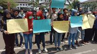Pengurus Cabang Pergerakan Mahasiswa Islam Indonesia (PMII) Kota Bandung menggelar unjuk rasa di depan Gedung Sate, Senin (30/9/2019). (Liputan6.com/Huyogo Simbolon)