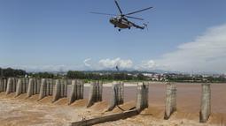 Prajurit Angkatan Udara India turun dari helikopter untuk menyelamatkan para nelayan yang terperangkap dalam banjir di Sungai Tawi di Jammu, India (19/8/2019). Permukaan air di banyak sungai di India utara meningkat setelah hujan lebat di musim hujan. (AP Photo/Channi Anand)