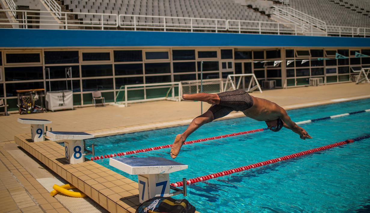 Ibrahim al-Hussein sedang berlatih untuk persiapan Tokyo Paralimpics Game 2020 di Olympic Aquatic Centre, Athena. Ia menyatakan tak pernah membayangkan akan berenang di tempat idola Olimpiadenya memecahkan rekor. (Foto: AFP/Angelos Tzortzinis)