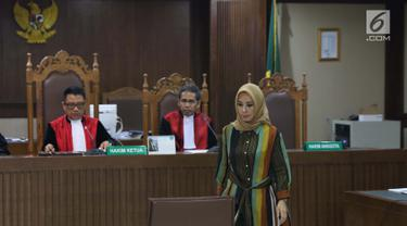 Terdakwa dugaan suap terhadap mantan anggota DPR dari Fraksi Golkar Bowo Sidik Pangarso, Asty Winasti bersiap menjalani sidang lanjutan di Pengadilan Tipikor, Jakarta, Rabu (31/7/2019). Sidang mendengar keterangan saksi ahli dan terdakwa. (Liputan6.com/Helmi Fithriansyah)