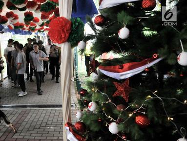 Tim Gegana dan K9 Polda Metro Jaya melakukan penyisiran jelang Misa Natal di Gereja Katedral, Jakarta, Senin (24/12). Sterilisasi di luar dan dalam gereja tersebut untuk menjaga keamanan saat Misa Natal. (Merdeka.com/Iqbal Nugroho)