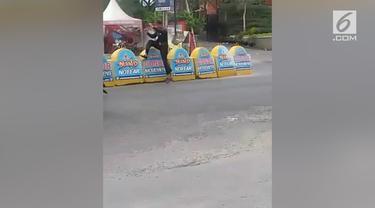 Seorang tukang parkir mendadak viral lantaran melakukan aksi pencak silat saat diberi uang oleh para pengendara