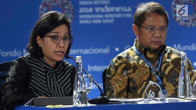 Menkeu Sri Mulyani (kiri) dan Menkominfo Rudiantara saat memberi keterangan terkait pertemuan tahunan IMF-Bank Dunia di Bali, Senin (8/10). Hingga hari ini jumlah peserta yang mendaftar sudah mencapai 34 ribu orang. (Liputan6.com/Angga Yuniar)