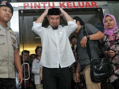Ahmad Dhani usai mendatangi Polda Metro Jaya, Jakarta, Rabu (9/11). Ahmad Dhani melaporkan pihak yang menuduhnya menghina Presiden Joko Widodo. (Liputan6.com/Yoppy Renato)