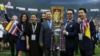 Pemilik Leicester City asal Thailand Vichai Srivaddhanaprabha (3kiri) bersama keluarganya berfoto dengan trofi LIga Inggris di Stadion King Power, Leicester,(7/5/2016). (AFP/Adrian Dennis)