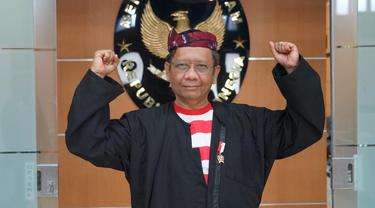 Menko Polhukam Mahfud Md mengenakan pakaian tradisional Madura, baju Sakera dalam upacara HUT ke-75 RI, Senin (17/8/2020).