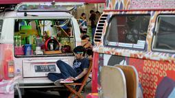 Penjual menunggu pengunjung yang ingin menikmati kuliner di area Food Truck Convoy dalam ajang Indonesia International Motor Show (IIMS) 2015 di JIExpo Kemayoran, Jakarta, Selasa (25/08/2015). (Liputan6.com/Andrian M Tunay)