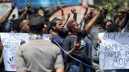 Ikatan Mahasiswa Pelajar dan Masyarakat Papua (IMMAPA) menyampaikan orasi saat berunjuk rasa di Lapangan Niti Mandala, Denpasar, Bali, Kamis (22/8/2019). Massa aksi ini juga mendapat pengawalan dari kepolisian setempat. (SONNY TUMBELAKA/AFP)