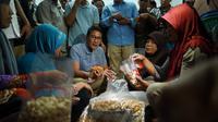 Sandiaga Uno mengunjungi sentra pengusaha kecil dan menengah kacang mete di Wonogiri, Selasa 29 Januari 2019. (Merdeka/Muhammad Genantan Saputra)