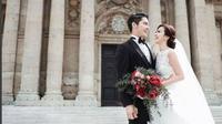 Setelah gaun bercelana transparan, Franda kembali memamerkan punggung mulusnya dalam busana pengantin klasik. Seperti apa?