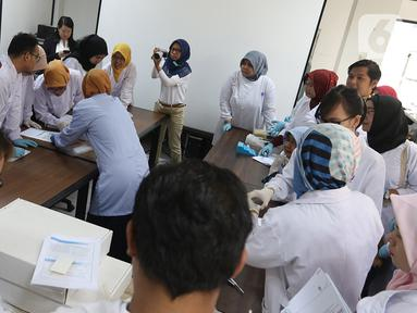 Sejumlah peneliti saat workshop Teknologi ddPCR  di Gedung LIPI, Cibinong, Bogor, Jawa Barat, Rabu (30/10/2019). Keberadaan teknologi ddPCR dinilai efektif dan sesuai dengan kebutuhan digitalisasi dalam proses penelitian halal, penyakit, dan produk rekayasa genetika. (Liputan6.com/Herman Zakharia)