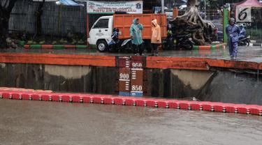 Kondisi terkini debit air di Pintu Air Manggarai, Jakarta, Senin (5/2). Ketinggian air di Pintu Air Manggarai hingga sore terus meningkat mencapai ketinggian 800cm. (Liputan6.com/Faizal Fanani)