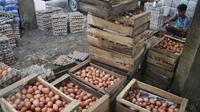 Suasana di agen telur ayam di Jakarta, Senin (27/3). Perhimpunan Insan Perunggasan Rakyat menilai pemerintah lamban mengatasi kondisi kelebihan pasokan ayam hidup dan telur, menyebabkan harga jatuh di tingkat peternak. (Liputan6.com/Angga Yuniar)