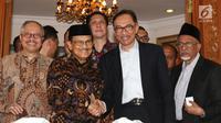 Presiden ke-3 RI Bacharuddin Jusuf Habibie bersalaman dengan mantan Wakil PM Malaysia Anwar Ibrahim di kediamannya di Jalan Patra Kuningan XIII, Jakarta Selatan, Minggu (20/5). (Liputan6.com/Angga Yuniar)