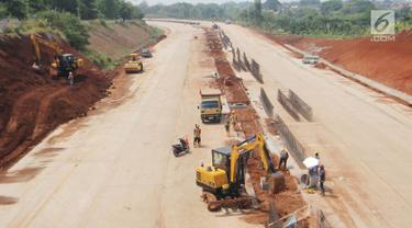 Aktivitas pekerja proyek pembangunan Tol Kunciran-Serpong di Jombang, Tangerang Selatan, Banten, Sabtu (24/11). Pembangunan Tol Kunciran-Serpong ditargetkan rampung pada Januari 2019. (Liputan6.com/Angga Yuniar)