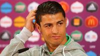 Cristiano Ronaldo memegang rambutnya saat menghadiri jumpa pers pada ajang Piala Eropa 2012. (AFP/UEFA)