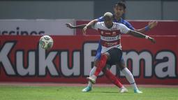 Pemain Madura United, Hugo Gomes Dos Santos Silva (Jaja) berebut bola dengan pemain PSIS Semarang, Hari Nur Yulianto dalam laga pekan ke-5 BRI Liga 1 2021/2022 di Stadion Wibawa Mukti, Cikarang, Rabu (29/09/2021). Kedua tim bermain imbang 0-0. (Bola.com/Bagaskara Lazuardi)