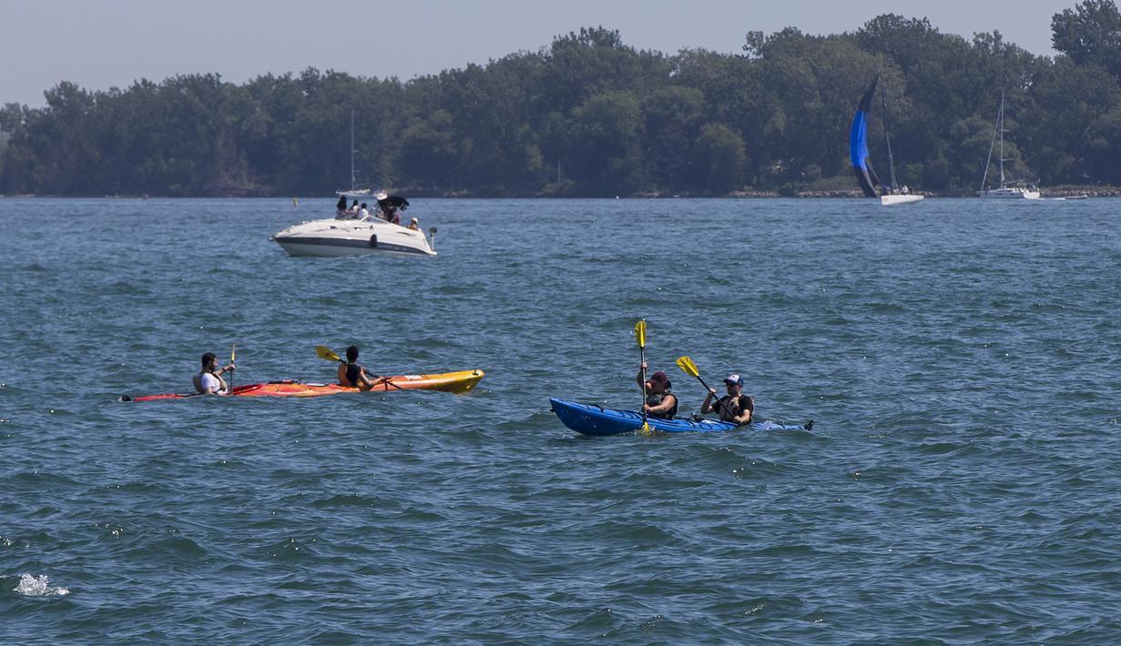 Orang-orang bermain kayak Danau Ontario di Toronto, Kanada (23/8/2020). Departemen Lingkungan dan Perubahan Iklim Kanada mengeluarkan peringatan cuaca panas untuk Toronto dengan suhu yang diperkirakan akan melonjak dengan suhu terendah mencapai 30-an. (Xinhua/Zou Zheng)