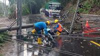 Tiang listrik di Cikakak, Wangon, Banyumas Roboh akibat terjangan angin kencang dan hujan lebat. (Liputan6.com/Coki Sutrisno/Muhamad Ridlo)