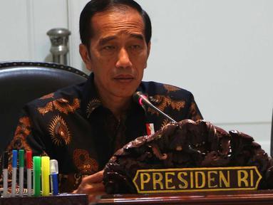 Presiden Joko Widodo atau Jokowi (kiri) didampingi Wapres Jusuf Kalla saat memimpin rapat terbatas di Istana, Jakarta, Selasa (2/10). Rapat terbatas diikuti sejumlah menteri dan kepala lembaga negara. (Liputan6.com/Angga Yuniar)