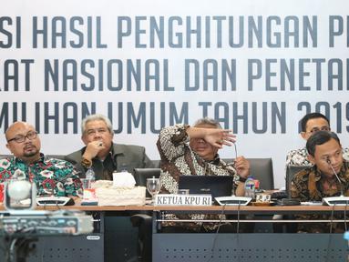 Ketua KPU RI, Arief Budiman (ketiga kiri) memimpin rapat Rekapitulasi Hasil Penghitungan Perolehan Suara Tingkat Nasional dan Penetapan Hasil Pemilihan Umum Tahun 2019, Jakarta, Minggu (5/5/2019). Rapat dihadiri partai politik, timses Capres/Cawapres dan Bawaslu. (Liputan6.com/Helmi Fithriansyah)