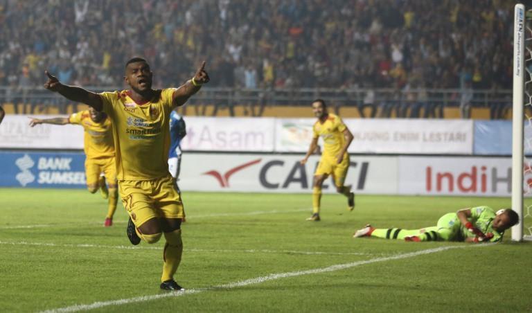 Bek Sriwijaya FC, Marco Meraudje, merayakan gol ke gawang Persib Bandung pada laga Gojek Liga 1 2018 bersama Bukalapak, di Stadion Gelora Sriwijaya, Palembang, Senin (1/4/2018). (Bola.com/Riskha Prasetya)