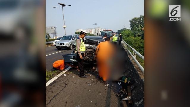 Seorang pengemudi yang tengah mengganti ban di bahu jalan tol harus meregang nyawa setelah ditabrak sedan yang melaju kencang.