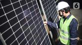 Pekerja memeriksa panel surya Utomo SolaRUV di Jakarta, Kamis (16/09/2021). Sistem mengubah energi cahaya matahari menjadi energi listrikmenggunakan panel surya Utomo SolaRUV menjadi sumber energi yang ramah lingkungan serta mengurangi emisi gas rumah kaca. (Liputan6.com/HO/Andrey)