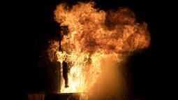 Sebuah patung Yudas dibakar saat perayaan tradisi Paskah kuno di semenanjung Peloponnese, Yunani (8/4). Warga setempat percaya bahwa Yudas mengkhianati Yesus Kristus dan berhak untuk dihukum. (AP/Petros Giannakouris)
